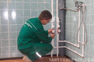Сантехник устанавливает новые счетчики воды