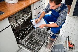 Мастер устанавливает, ремонтирует посудомоечную машину, ремонт техники