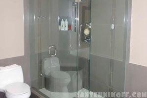 Стеклянная душевая кабина в ванной комнате